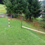 unser kleiner Waldspielplatz mit Fußballtor, Kletterbalken und Reck